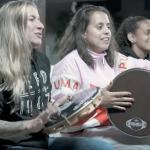 """Cacau e Gabi da música """"Jogadeira"""" assistem no Museu do Futebol ao jogo Itália x Brasil"""